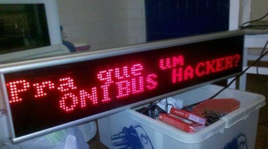 Pra que um ônibus Hacker descrito em um paínel de led