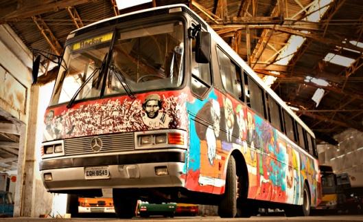 """Ônibus foi grafitado por quatro artistas durante o Pimp My Carroça, evento que """"tunou"""" veículos de catadores de material reciclável durante a Virada Sustentável de São Paulo, em junho"""
